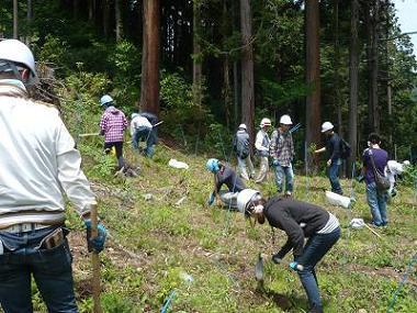 企業の社会貢献の一環として、環境保全に取り組んでいます。 「企業の森」プロジェクトに参加し年に2回の下草刈りを行っています。(任意参加)  森での作業の後には、楽しいBBQを行い職種や勤務エリアを超えた貴重な交流の場にもなっています。